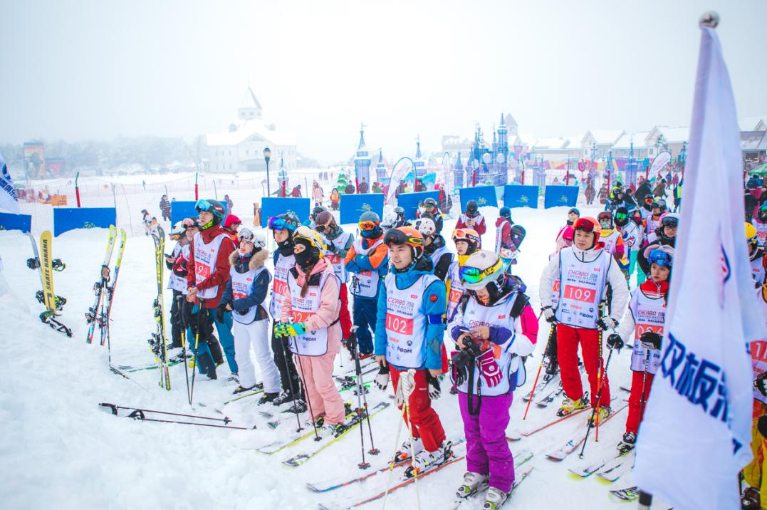 类别:景区动态 发布于 2018-01-16 389人阅读 三亿人上冰雪 西岭雪山在行动 1月13日、14日,运动成都成都市第四届全民健身运动会雪上体验活动及2018西岭雪山雪搏大师邀请赛在成都西岭雪山滑雪场举行。两项雪上体育活动吸引了来自成都各地的近300名雪上运动爱好者和近千名观众齐聚西岭雪山,加上前来参与2018西岭雪山冰雪嘉年华活动体验冰雪运动魅力的游客,成都西岭雪山滑雪场景区单日接待游客量突破万人。而这样的场景,正是西岭雪山滑雪场景区积极行动,响应推动3亿人参与冰雪运动中国冰雪运动发